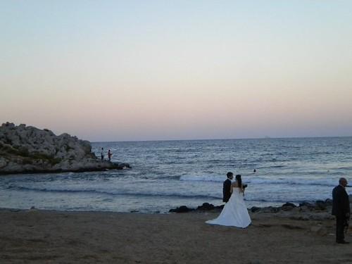 Gli sposi in riva al mare dopo la cerimonia