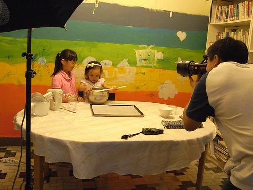 你拍攝的 1姊妹聯手玩烘焙。