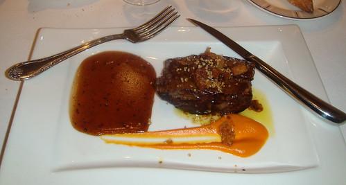Taco de solomillo de ternera mechado con foie, puré de batata, salsa de trufa y dados de tocinillo crujiente