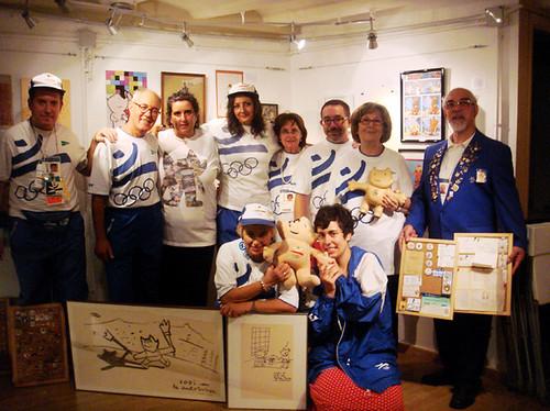 Visita de un grupo de ex voluntarios olímpicos a la expo Homenaje a Cobi