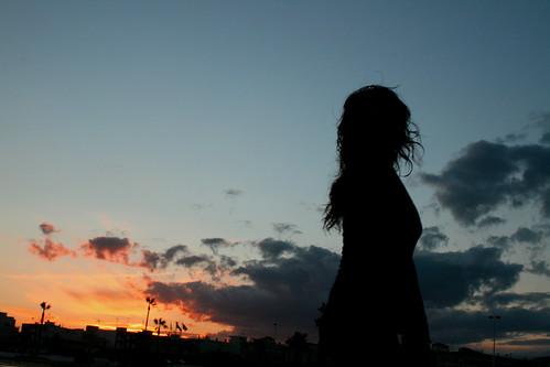 [フリー画像] 人物, 女性, 人と風景, 夕日・夕焼け・日没, シルエット, 201004022100