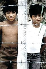 El Salvador 1982: Between a Rock and a Hard Place (Gary Mark Smith * Global Streetphoto Man) Tags: mark smith el salvador gary 19821984 wwwstreetphotocom
