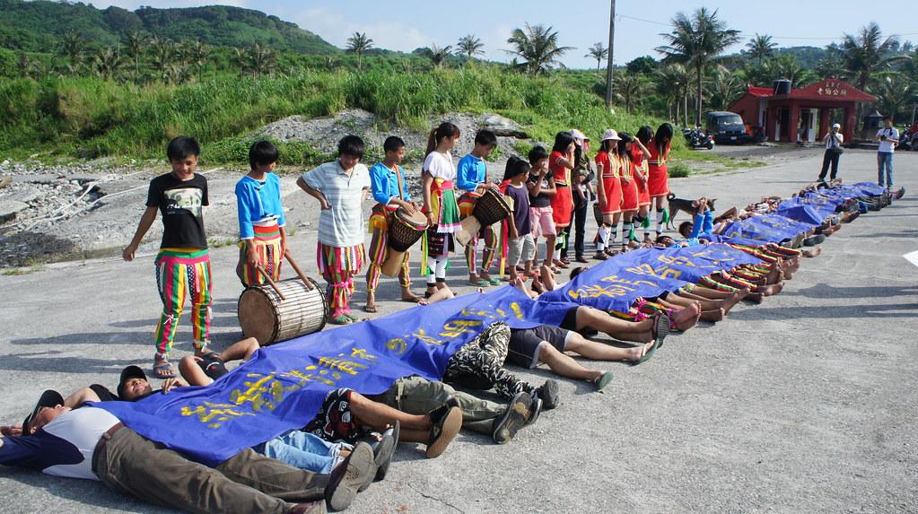 來自各地及部落約80位民眾, 躺在基翬漁港前,以行動表達他們對土地的關切。(照片來源:林念慈)