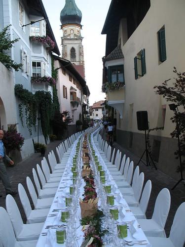 Blick auf die wohl längste und schönste gastliche Tafel in Südtirol