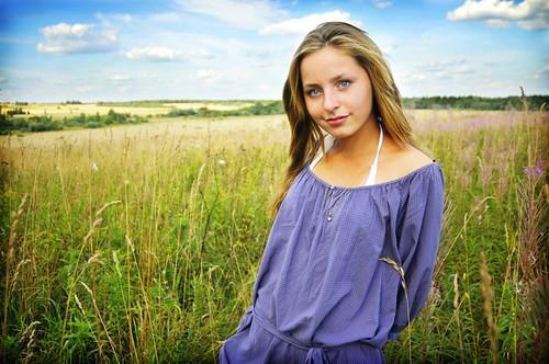 フリー画像| 人物写真| 女性ポートレイト| 白人女性| 草原の風景|       フリー素材|