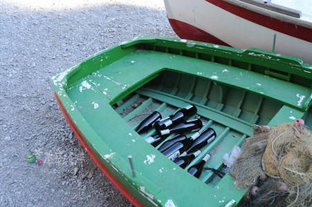 船內都是空酒瓶
