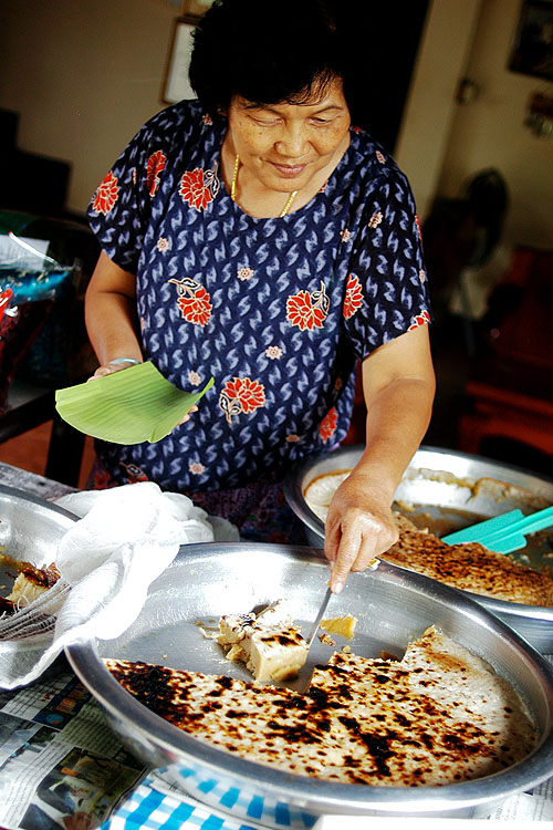 Serving Shan/Thai Yai sweets, Mae Hong Son