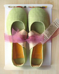 Fiep's (LaLaMonde) Tags: green yellow women shoes handmade linen packaging etsy slippers ecofriendly roomshoes fiep onetsy dawanda lalashoes lalamonde greenballetflats womenhouseshoesgreen veganshoesgreen womenslippersgreen womenflatsgreen