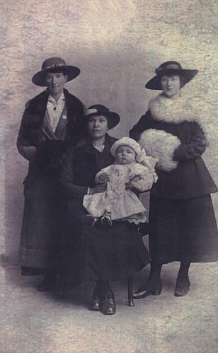 A.Taylor, L.Houston & friends. 1917.