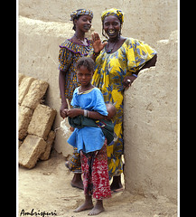 153-Hi!! (Ambrispuri) Tags: africa portrait colors smile women village retrato tribal colores nia trio sonrisa mali ethnic mujeres greeting saludo ambrispuri etniapeul