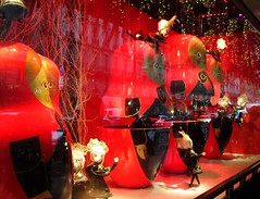 """19079- Christmas window display 2009 Paris store """"Le Printemps""""  巴黎 파리 窗口显示 윈도우 디스플레이 (Rolye) Tags: windows red paris france reflection shop reflections shopping yahoo store google magasin view image display samsung www images best views com incredible ops vitrines marionnettes nv7 rolye"""
