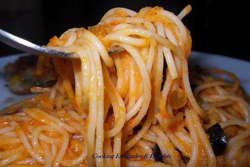 Sphagetti in Roasted Garlic, Tomato & Red Pepper sauce