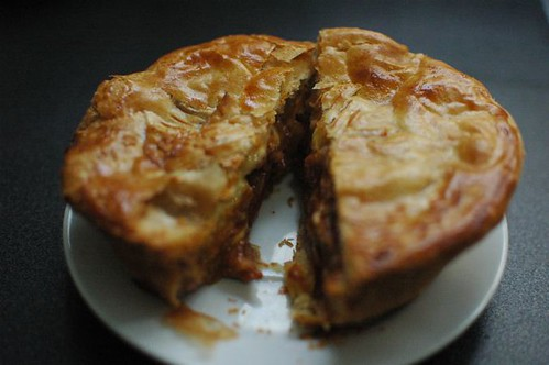 Tender steak, bacon & cheese pie