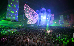 Sensation White 2009 Wallpaper: Colorsful crowd