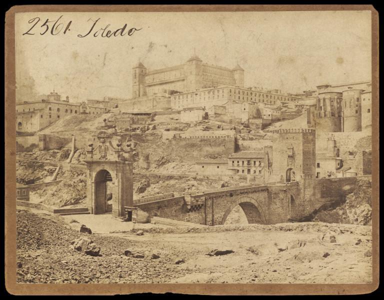 Puente de Alcántara y Alcázar de Toledo hacia 1860. Fotografía de Francis Frith. © Victoria and Albert Museum, London