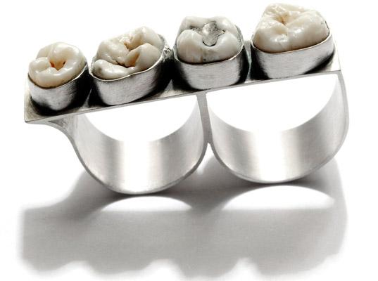 인간 치아와 은으로 만든 장신구