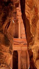 Primera mirada al tesoro (_madmarx_) Tags: travel mountains stone architecture canon arquitectura rocks treasure petra siq jordan retocada jordania nabatean ultimateshot canoneos450d madmarx