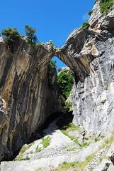 Arco de piedra (Ruta del Cares) (javisaye) Tags: españa mountain nature rock spain europe arc asturias paisaje senderismo poncebos montañas cain picosdeeuropa rutadelcares parquenatural nikond80 veryimportantfotos