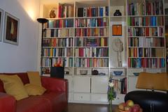 wijn en boekenkasten