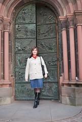 Ich vor dem Kirchentor