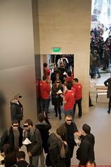 Inauguration Apple Store du Louvre (l'apple-cafe) Tags: paris france apple powerbook macintosh store mac europe ibook g4 imac ipod louvre mtro applestore muse virgin g5 intel powermac palais g3 pyramide palaisdulouvre lelouvre applecomputer carrousel virginmegastore megastore iphone