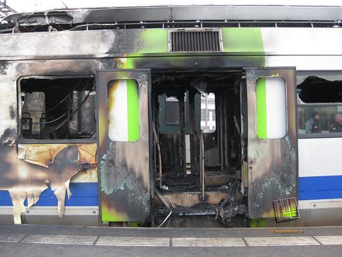 Eingangstüre des ausgebrannten Triebwagens