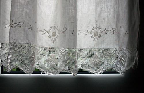 Lace cutwork linen, via Flickr: Mundo Flo