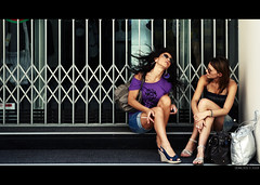 Italian Girls Talk (Geraldos ) Tags: girls urban italy donna nikon italia break chica meiden cigarette chick bella bags italie meisjes ragazze girlstalk geraldos d80 girlzzzzz meidenpraat haarwapperen meerweetikzoniet