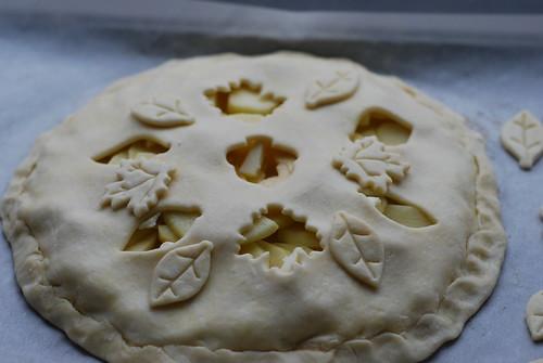 בחיים לא הצלחתי לעשות בצק פריך שיחזיק מספיק זמן מעמד כדי לחתוך בו צורות אחרי שהוא על התפוחים