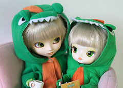 Close up! (RequiemArt.com) Tags: sisters twins doll dinosaur ooak dal pjs pullip requiem custom paja slippers pajama footie repaint dgrequiem requiemart pajelle