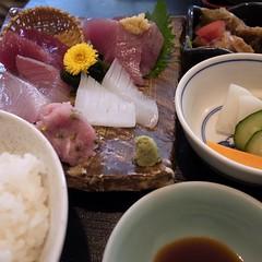 お昼はこの定食一種類のみ。950円。煮物と味噌汁見切れています。
