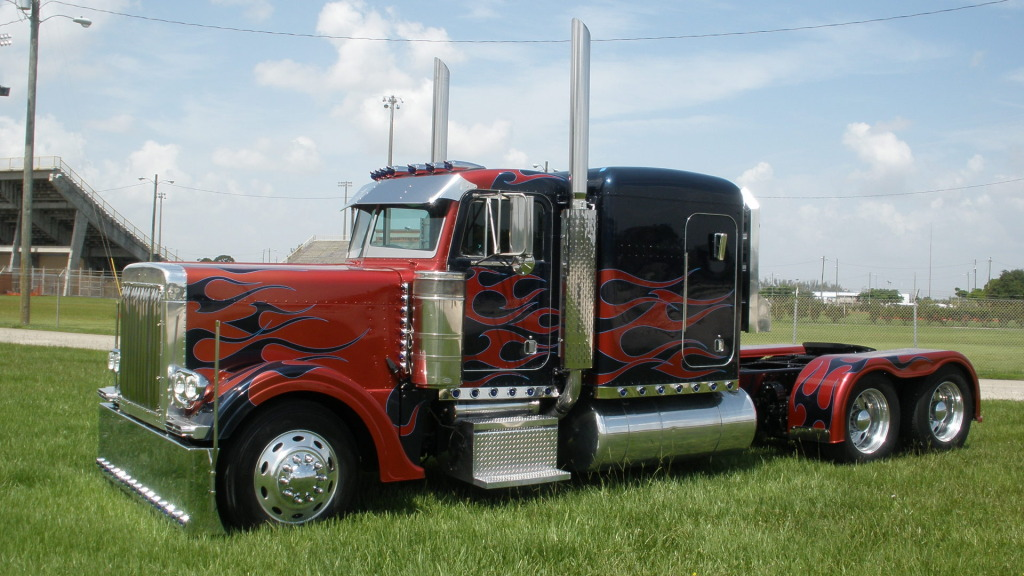 Peterbilt Optimus Prime llamas
