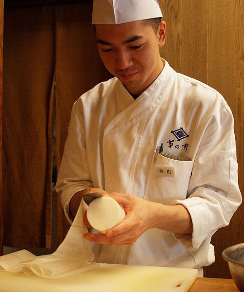 Roan-Kikunoi-daikon peeling