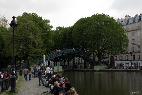 Les parisiens aiment passer du bon temps près du Canal Saint Martin