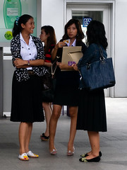 Chong Nonsi Ramkhamhaeng Girls (GB-in-TH) Tags: thailand asia bangkok skytrain th silom krungthep    silomline  chongnonsiskytrain