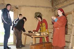 Hallveig, Raphi und Museumsbesucher im Haus des Tuchhändlers in Haithabu - Museumsfreifläche Wikinger Museum Haithabu WHH 13-09-2009