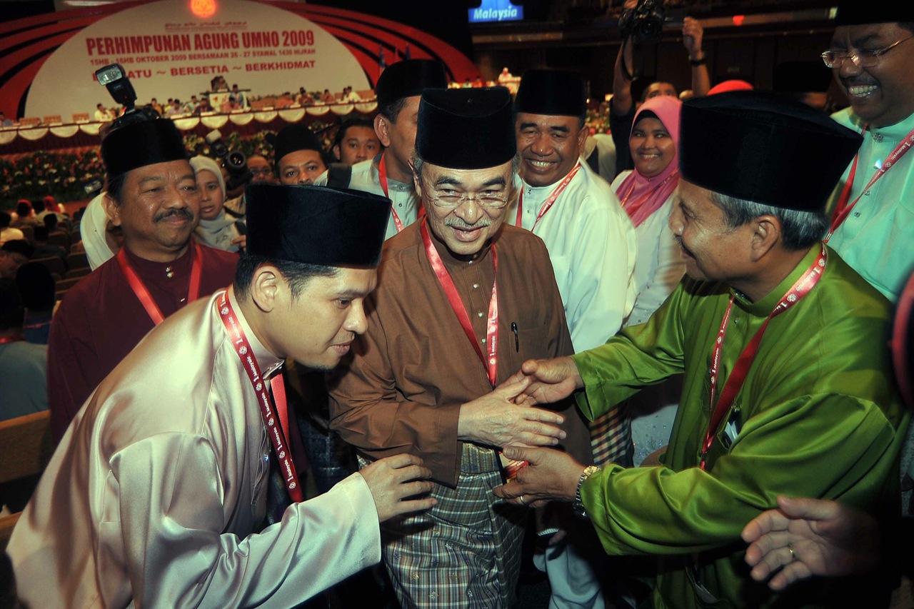 KUALA LUMPUR 16.10.2009 Mantan presiden UMNO Tun Abdullah Ahmad Badawi dikerumuni oleh para perwakilan selepas beliau hadir pada Perhimpunan Agung UMNO di PWTC.  Gambar oleh OSMAN ADNAN