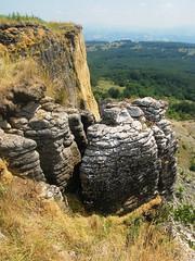 grossi blocchi rocciosi frammentati destinati in futuro a distaccarsi dalla parete sud di sasso simone RN