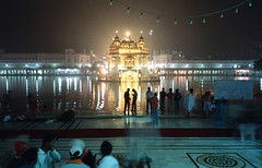 Midnight at the Golden Temple (kohsah) Tags: india film kodak punjab portra amritsar kodakportra400nc olympusxa3 notektar100inektar100group