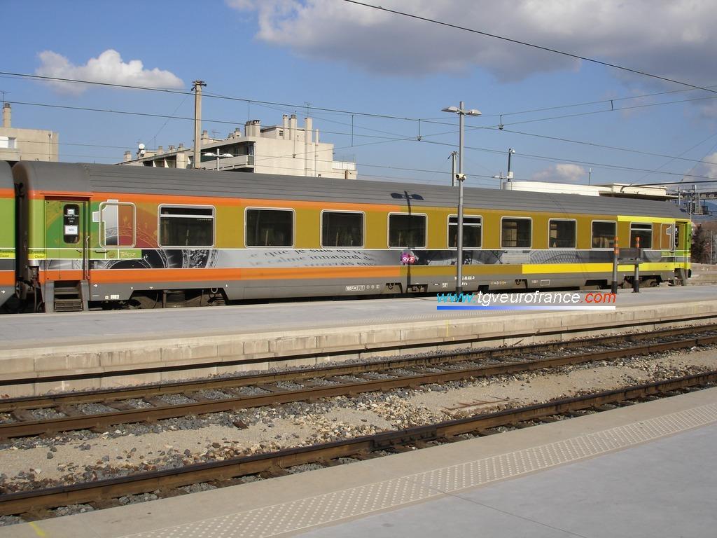 Une voiture Corail Téoz SNCF de première classe A5t2u en gare de Marseille Saint-Charles