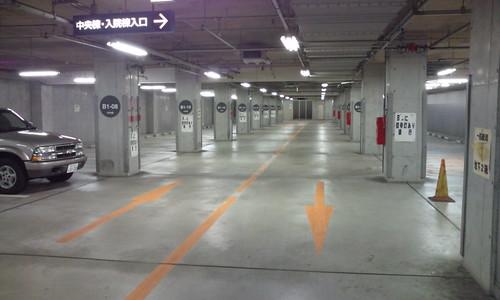 夜中の救急病院駐車場