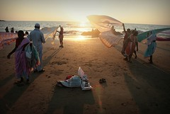 End of the day. India (fredcan) Tags: travel light sea people sun india beach windy indians gokarna karnataka sunet southindia magicmoment pilgrims southasia arabiansea endoftheday facingthesun indiansubcontinent omansea maharashtrians theartofdryingsaris classicindianscene