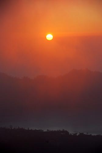 太陽在晨霧中昇起