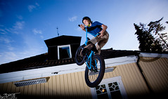 Tobias Looft (simonberggren) Tags: blue bike canon jump bmx mark flash dirt l 5d 1740 430 markii dirtjumps 580 mark2 turndown strobist exii