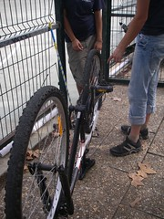 Bicicleta da L. com roda (super) empenada