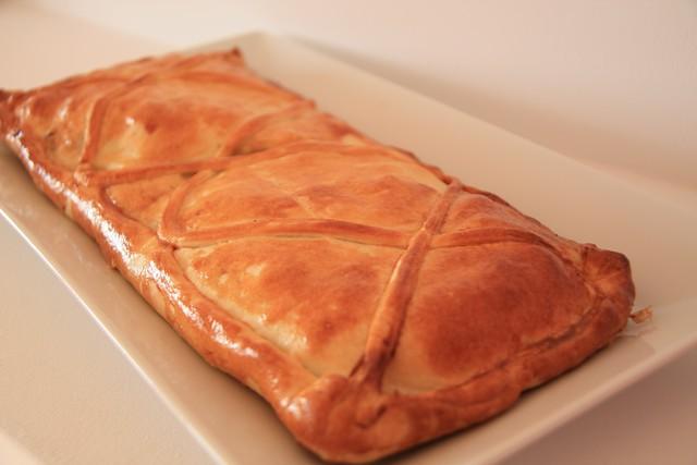Empanada de Bacalao con Pasas y Jalea de Membrillo