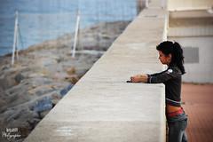 La chica en el mar (keiza09) Tags: mar chica otoño sola rocas tarragona pensativa apoyada nikond40 nikonista