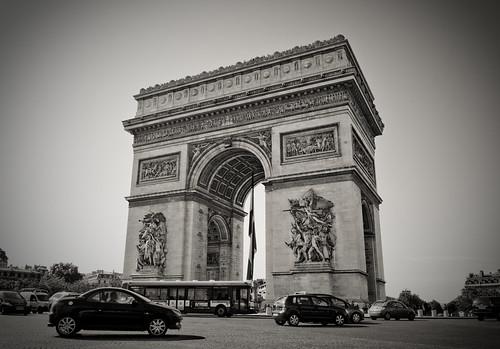 フリー画像| 人工風景| 建造物/建築物| 凱旋門| エトワール凱旋門| 門/ゲート| フランス風景| パリ| モノクロ写真|   フリー素材|