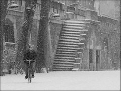 Paris sous la neige. Le bicycliste. (DSCF2022-bw) (iulian nistea) Tags: snow paris france neige vlo bicycliste outstandingromanianphotographers
