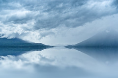 Lake Reflections (Lars Kehrel) Tags: blue cloud lake reflection water clouds america de lago see wasser flood cloudy guatemala wolken samsung atitln lars atitlan hour vulcan reflexion vulcano reflexionen vulkan blaue flut bewlkt stunde reflectins cebtral s1050 kehrel